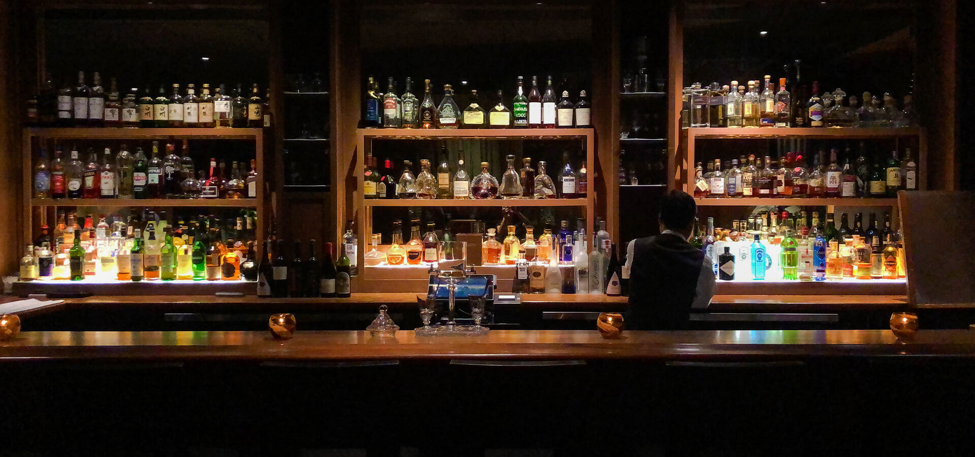 The bar at Lewers Lounge